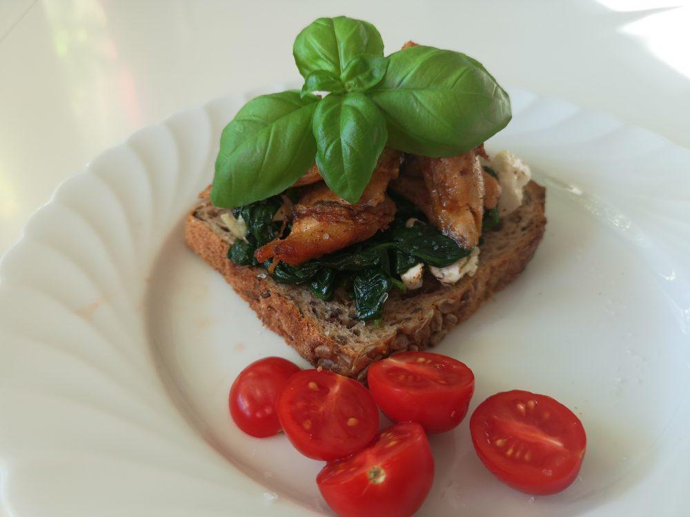 Lappeteppet-smørbrød-spinat-kylling-basilikum-tomat